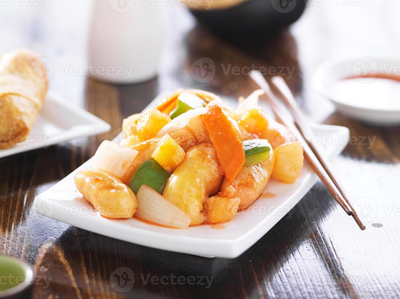 poulet aigre-doux chinois avec des baguettes photo