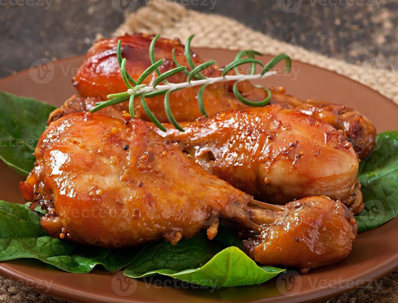 pilons de poulet au four dans une marinade au miel et à la moutarde photo
