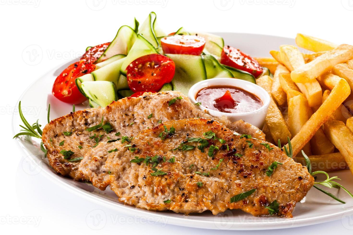 steak grillé, frites et légumes photo