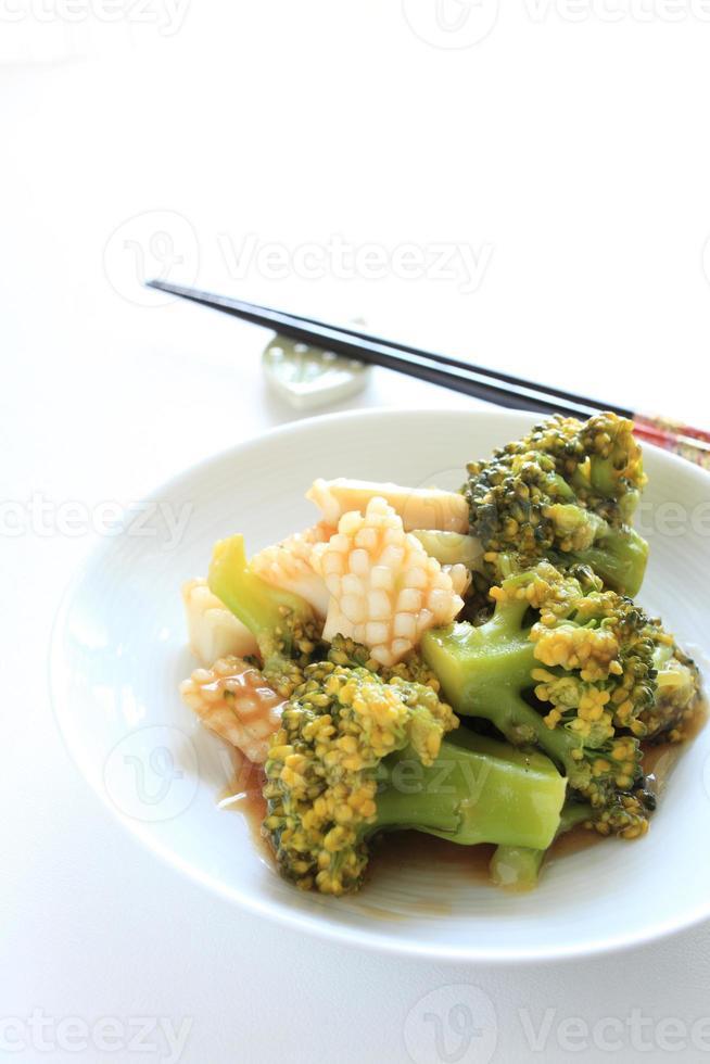 plats chinois, calamars et brocolis sautés photo