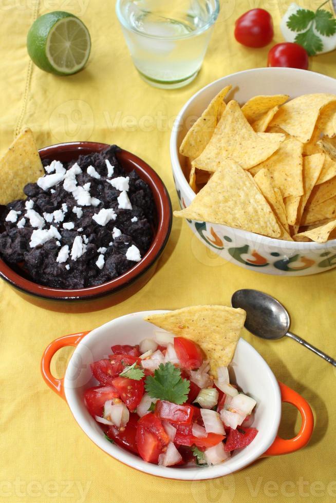 pico de gallo et salsa aux haricots noirs photo