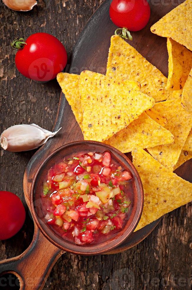 chips de nacho mexicain et trempette de salsa dans un bol photo