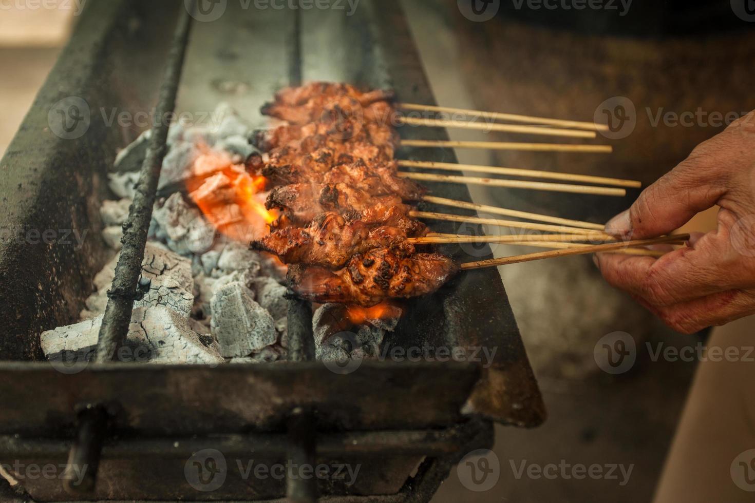 satay, barbecue traditionnel asiatique photo