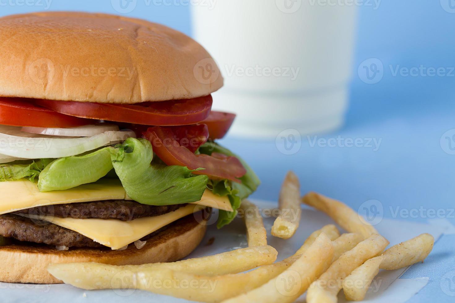délicieux burger au fromage avec lait et sauce tomate photo