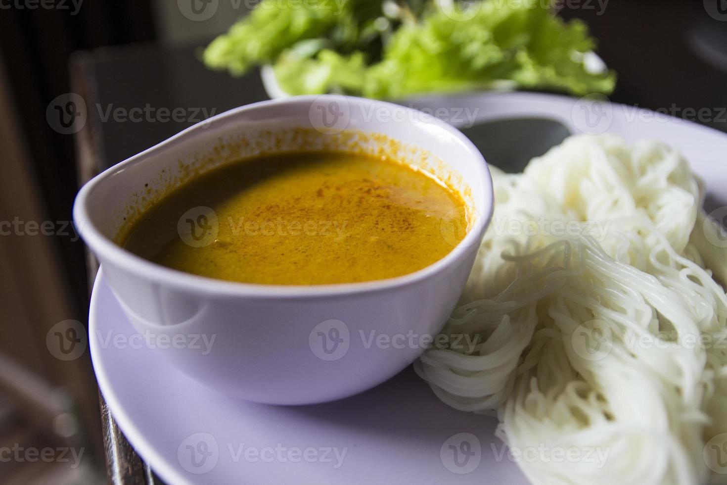 vermicelles de riz consommés avec une soupe de poisson hachée photo