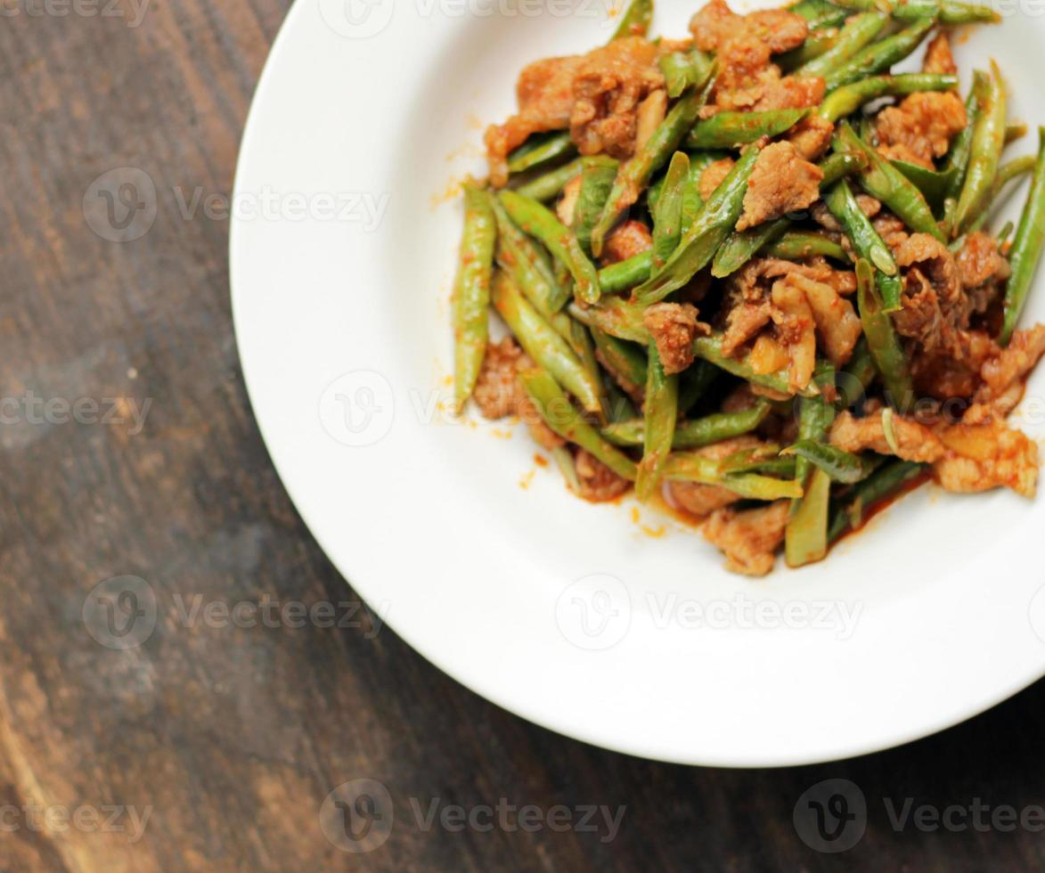 pâte de curry rouge avec haricot piquant sur planche de bois. photo