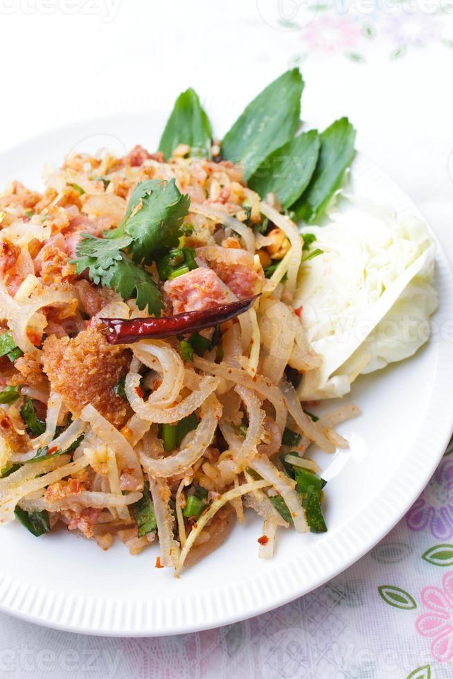 khao yam (salade de riz). photo