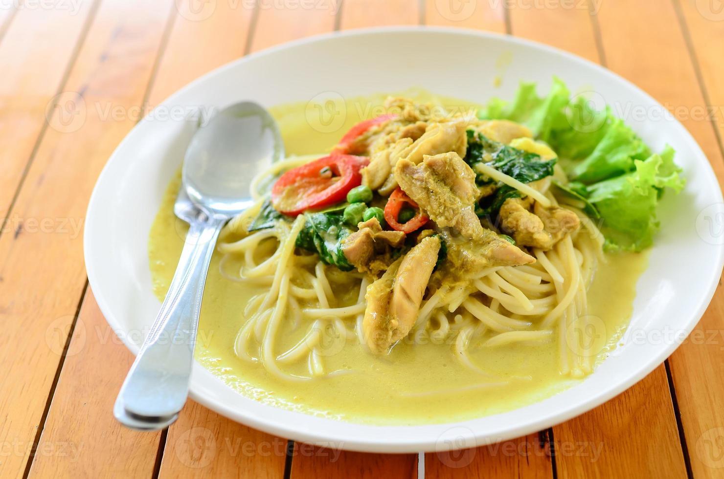 curry vert spaghetti sur table. photo