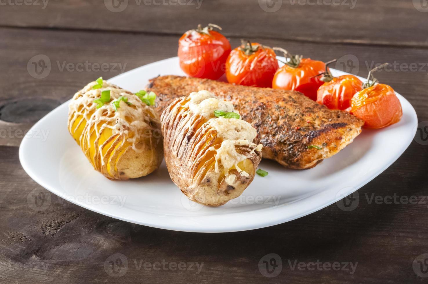 pommes de terre au four avec poulet grillé photo