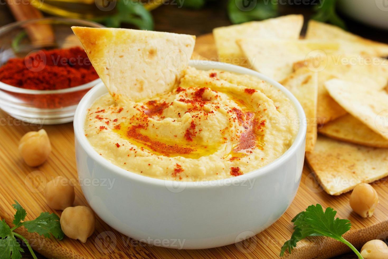 houmous fait maison avec des chips de pita. photo