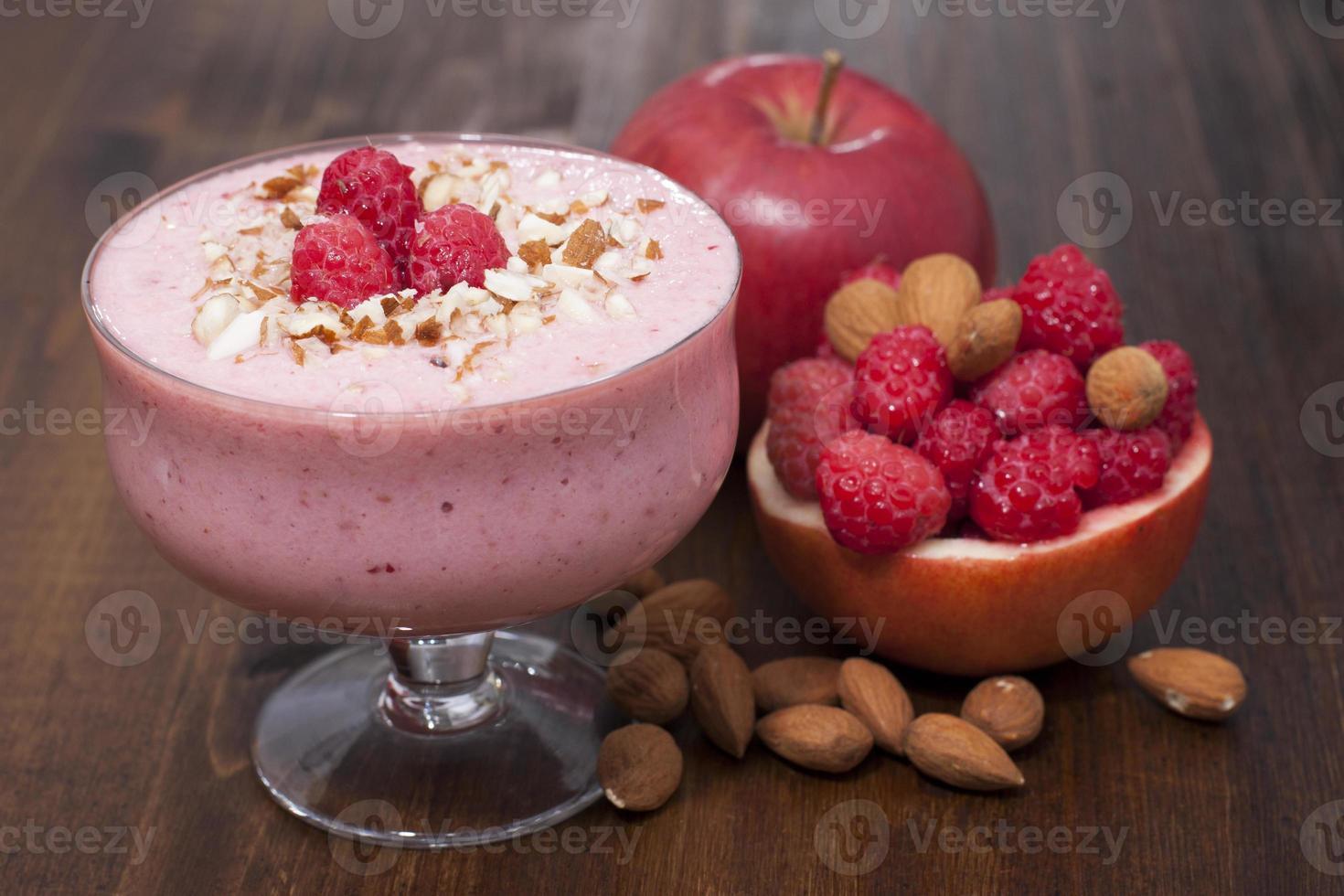 cocktail de framboises surgelées, pomme aux noix et yaourt. photo