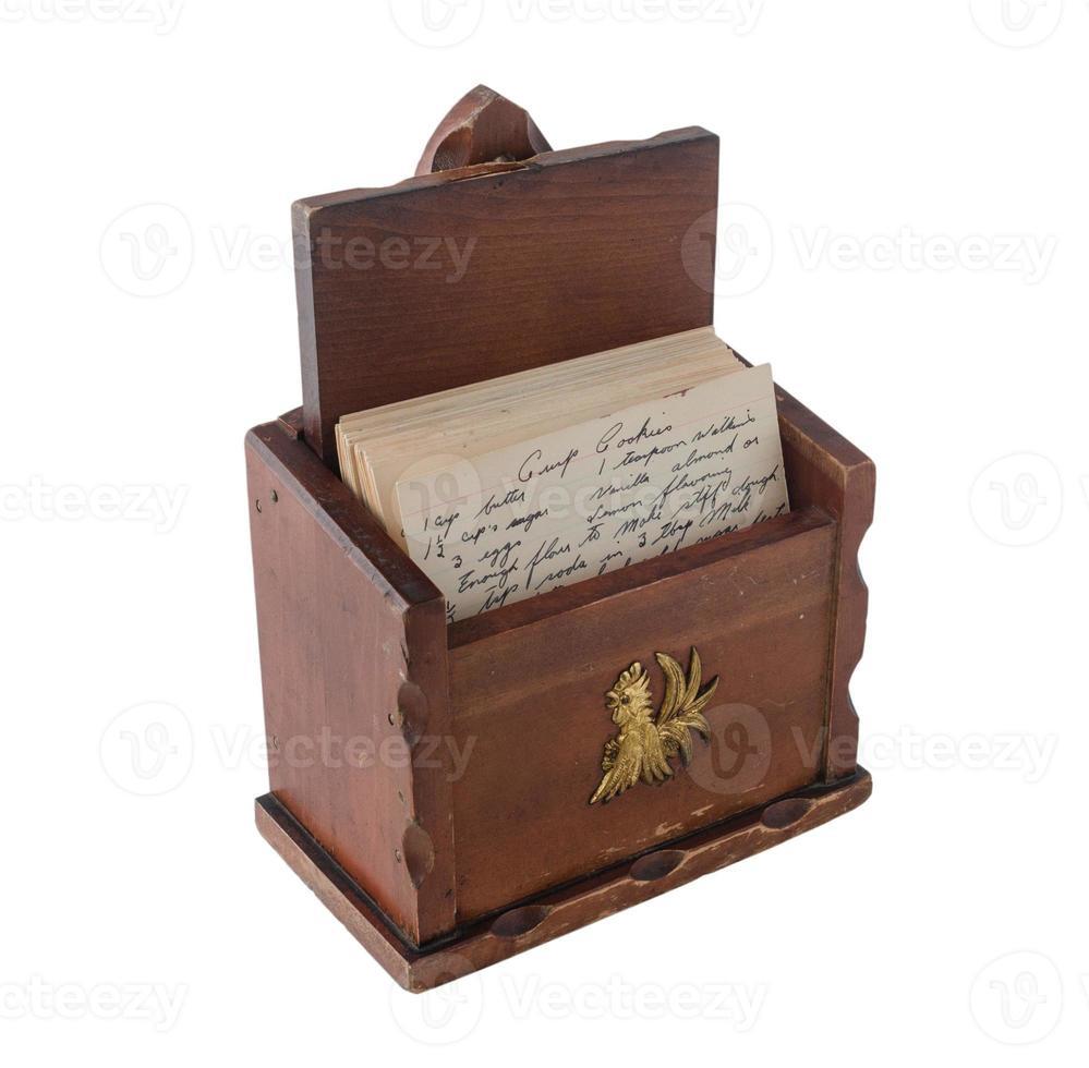 Boîte de recette en bois marron vintage avec des recettes manuscrites à l'intérieur photo