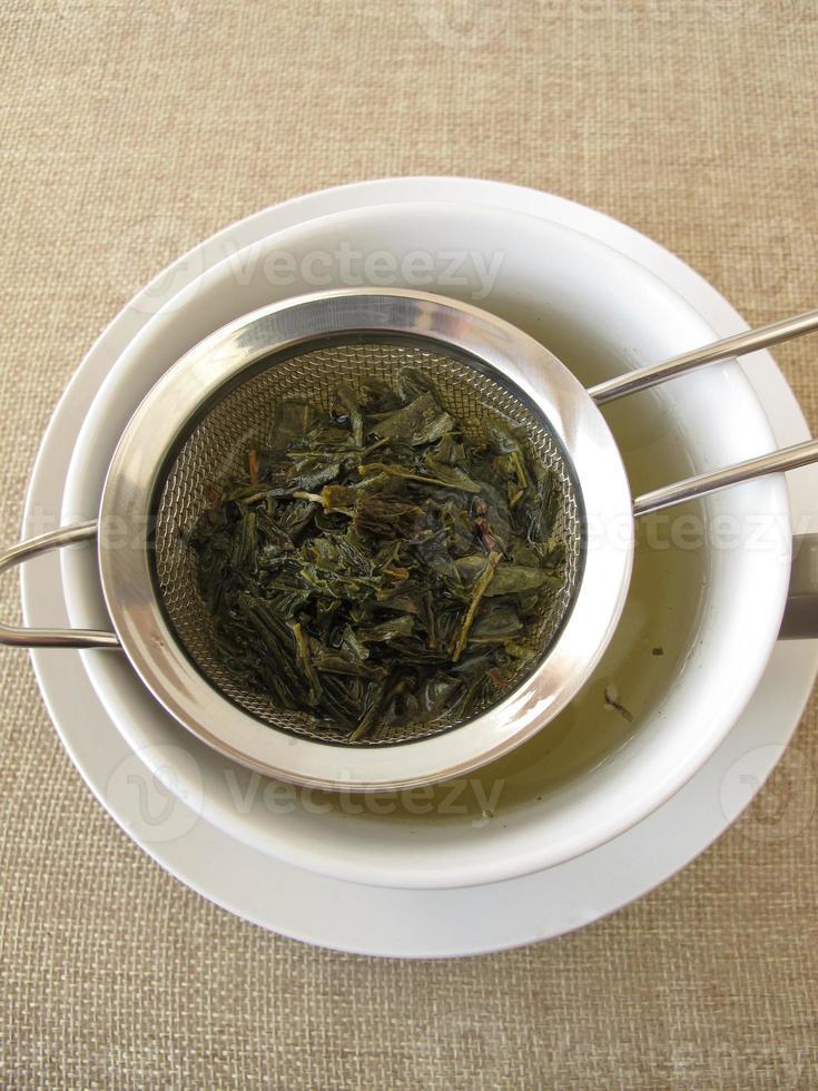 thé vert dans une passoire à thé photo