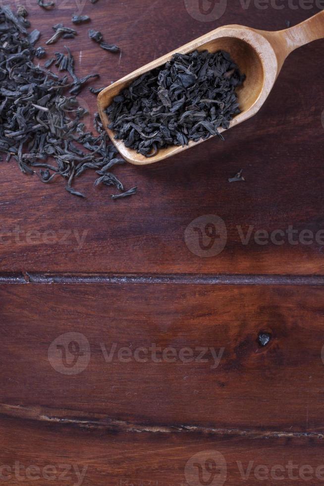 cuillère en bois pour le thé et le thé photo