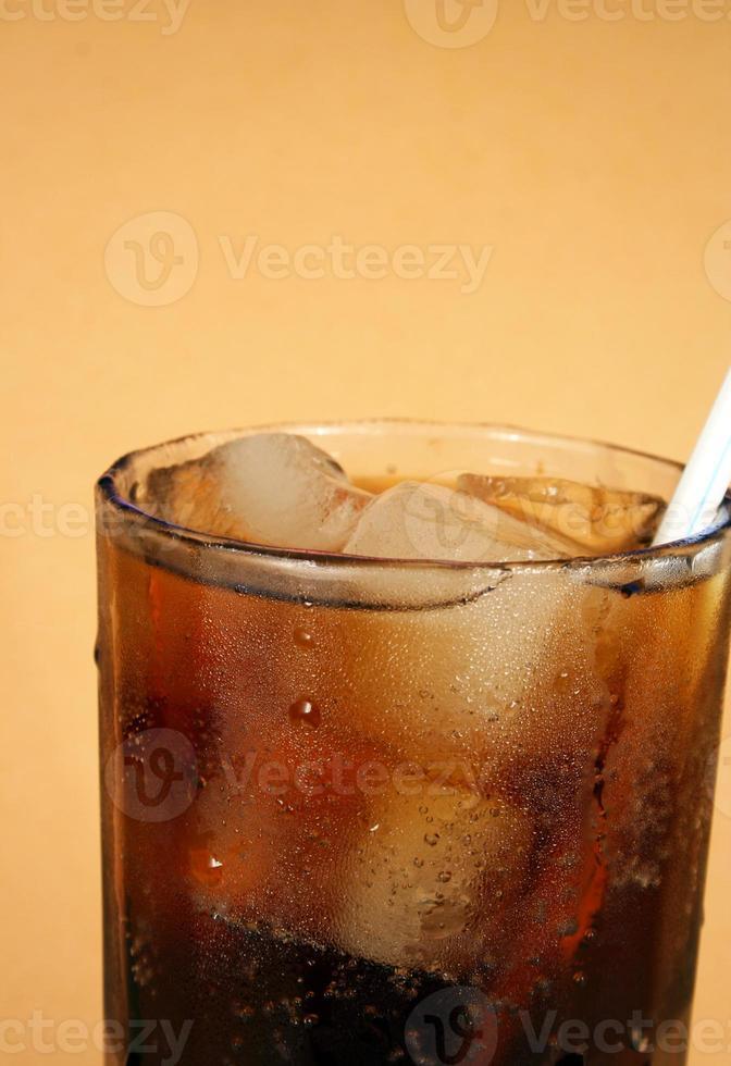 verre de cola et de glace avec une paille photo
