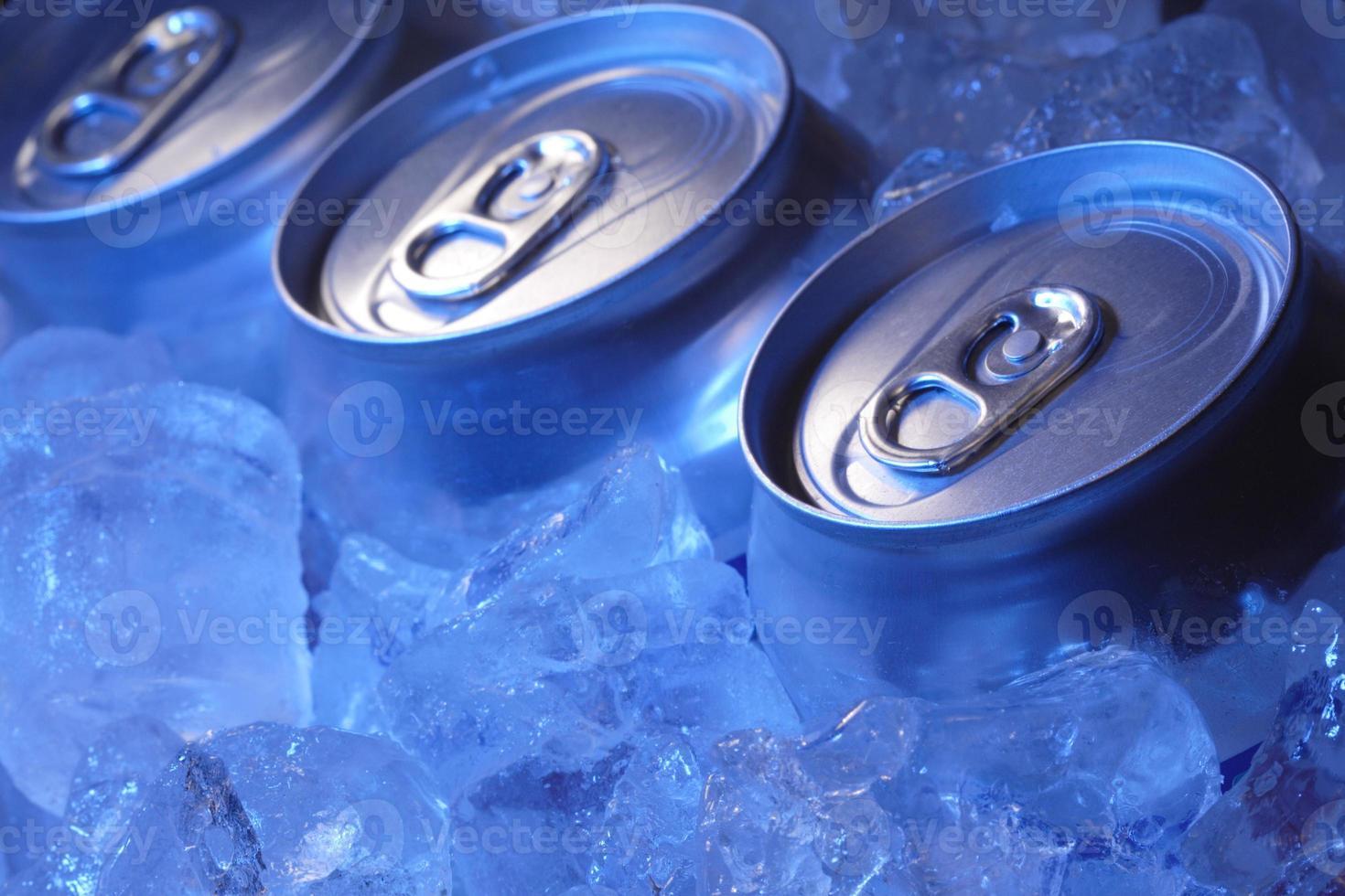 canette de bière dans la glace photo