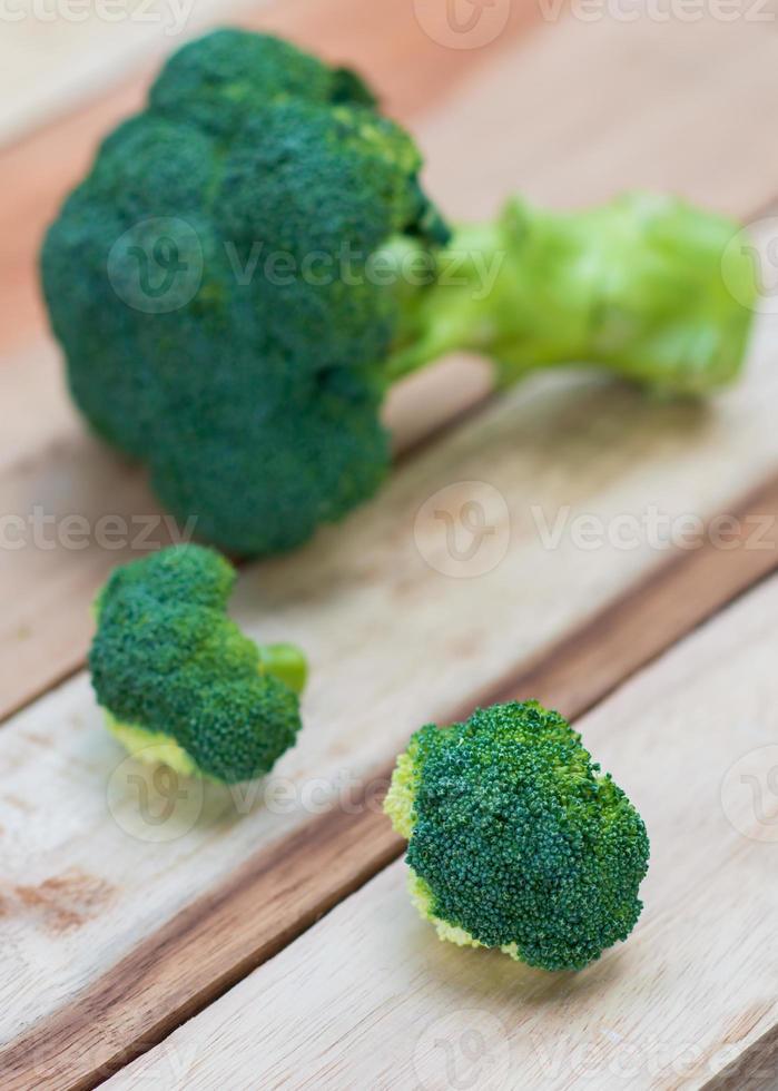 brocoli frais sur fond en bois, table en bois de brocoli photo