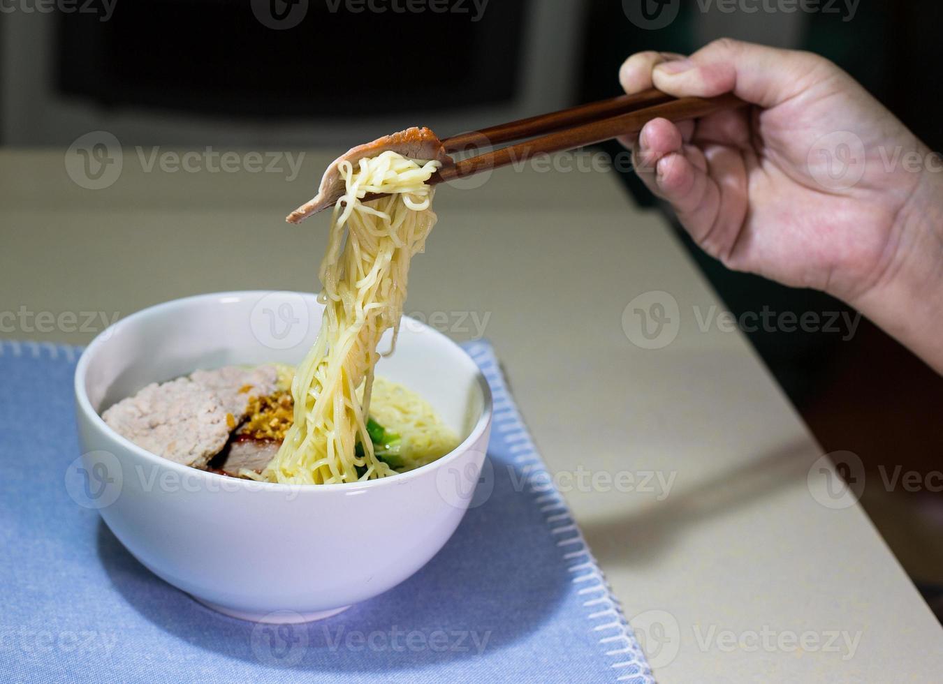 nouilles jaunes au porc rouge haché et rôti photo