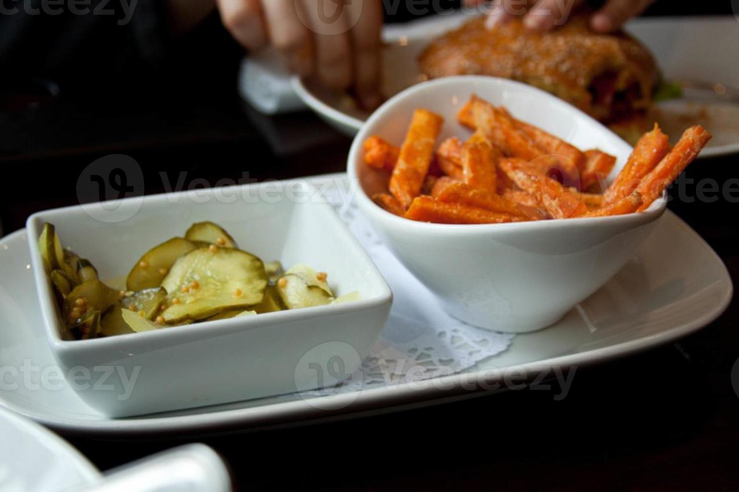 chips de cornichons et frites de patates douces photo