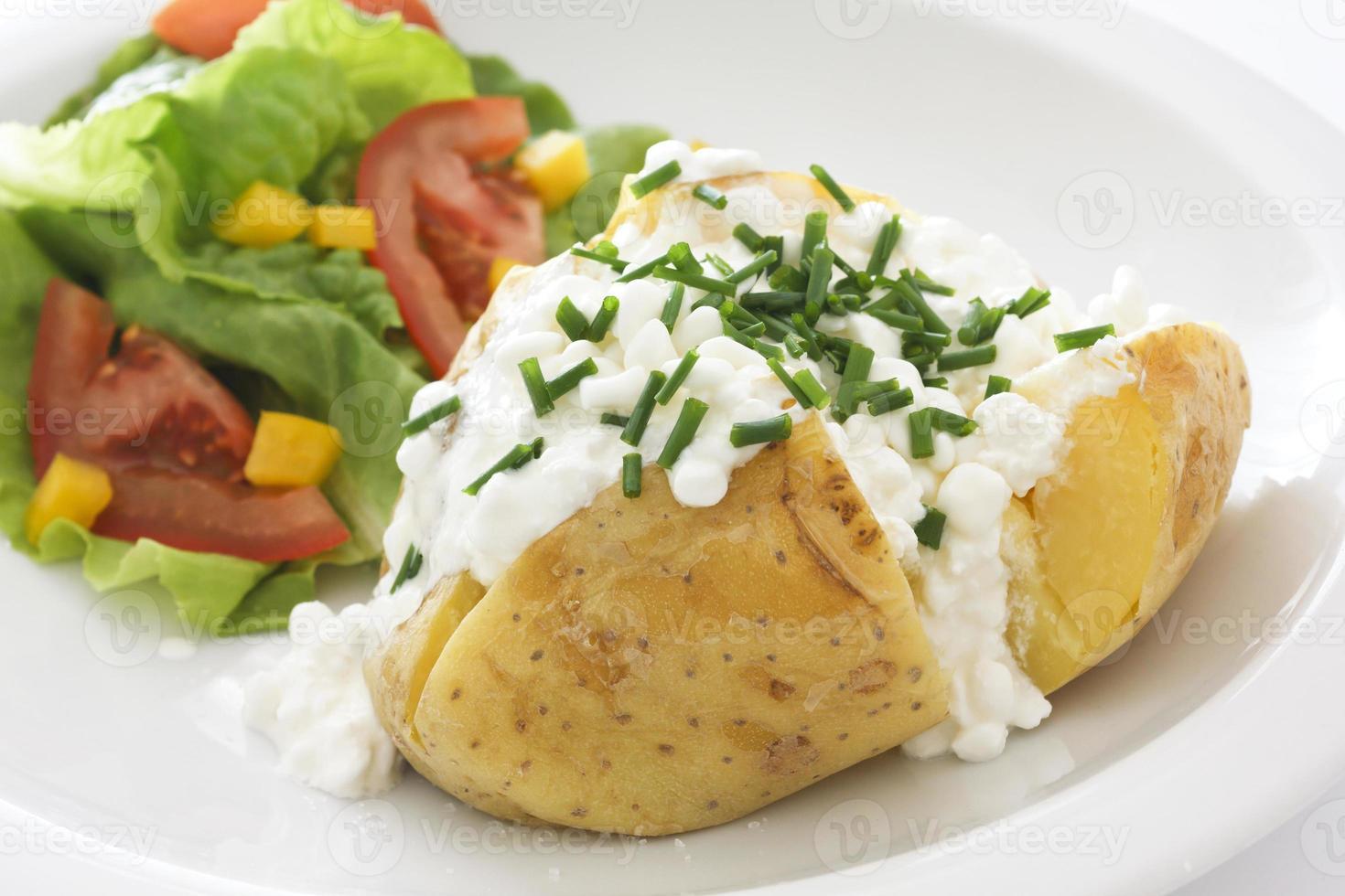 pomme de terre au four avec fromage cottage et ciboulette photo