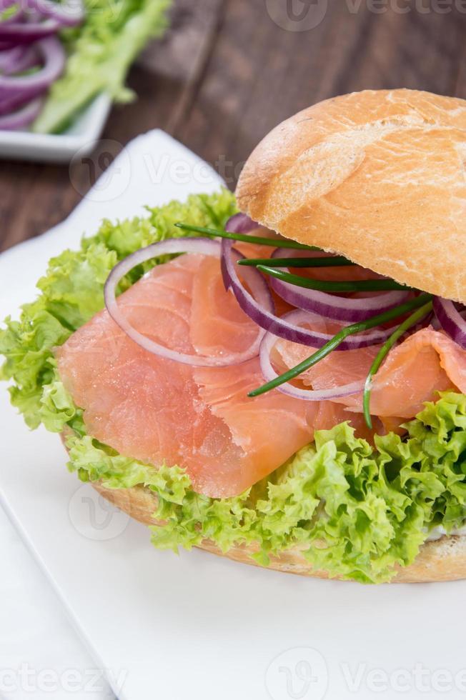 saumon fumé sur un petit pain photo