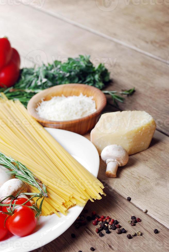 ingrédients de pâtes sur la table en bois photo