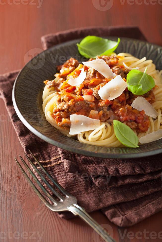 pâtes italiennes spaghetti bolognaise au basilic sur table rustique photo