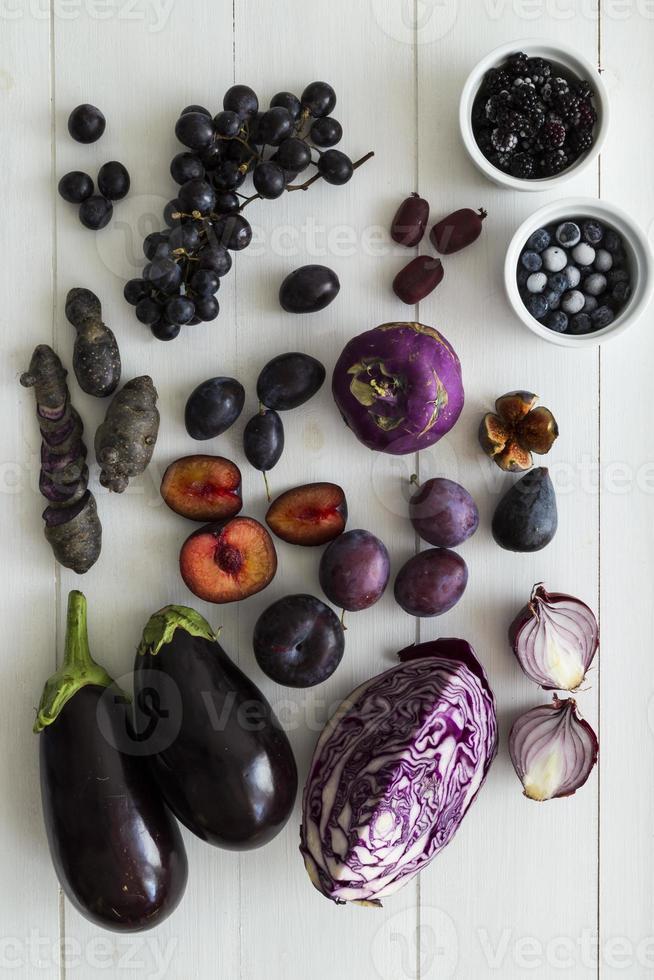 sélection de fruits et légumes violets photo