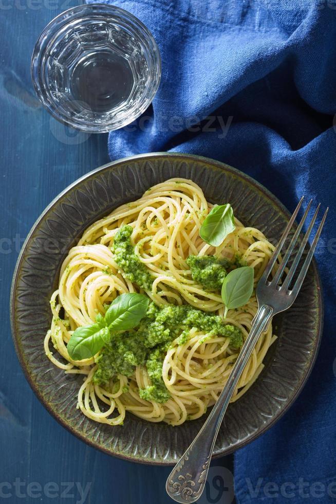 pâtes spaghetti avec sauce au pesto sur bleu photo