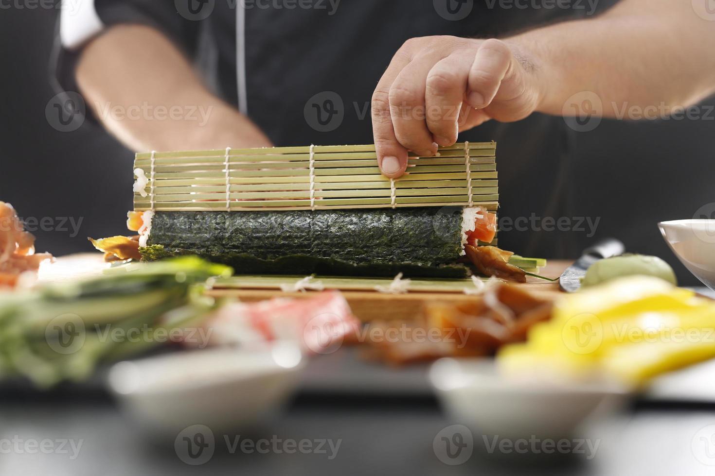 maître de sushi prépare un futomaki photo