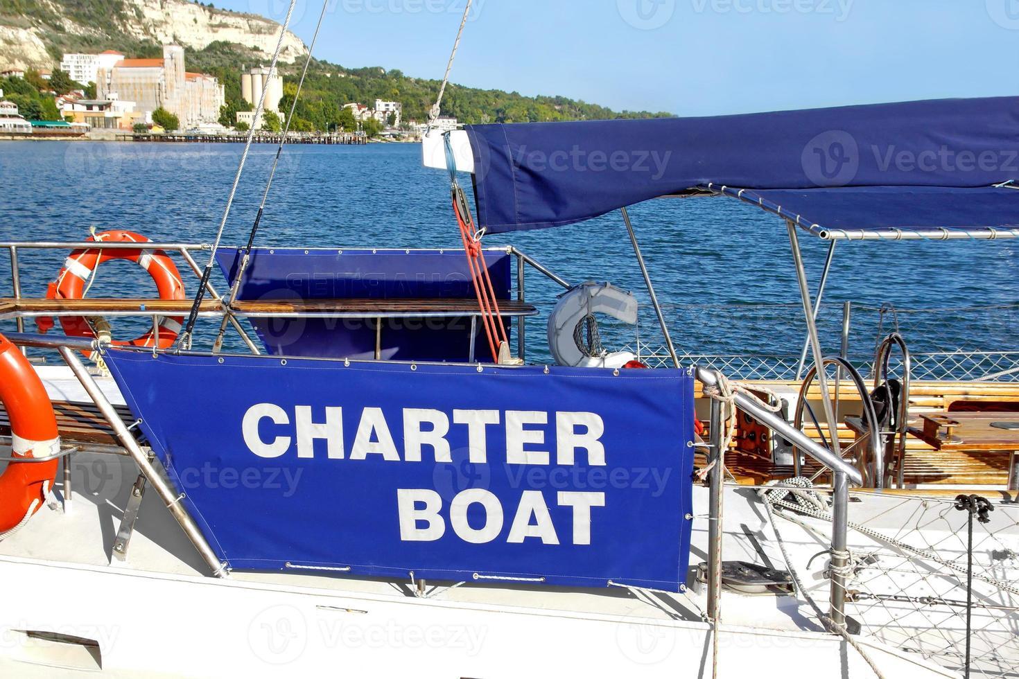 location de bateau charter au quai de la mer photo