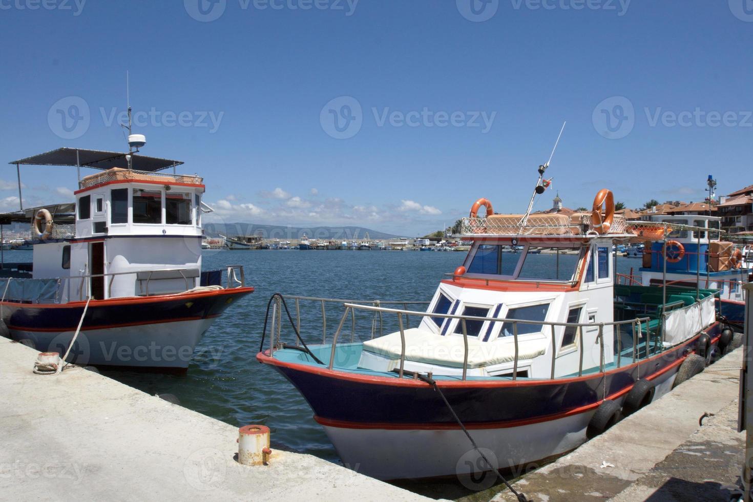 bateaux de plaisance marins à l'embarcadère photo