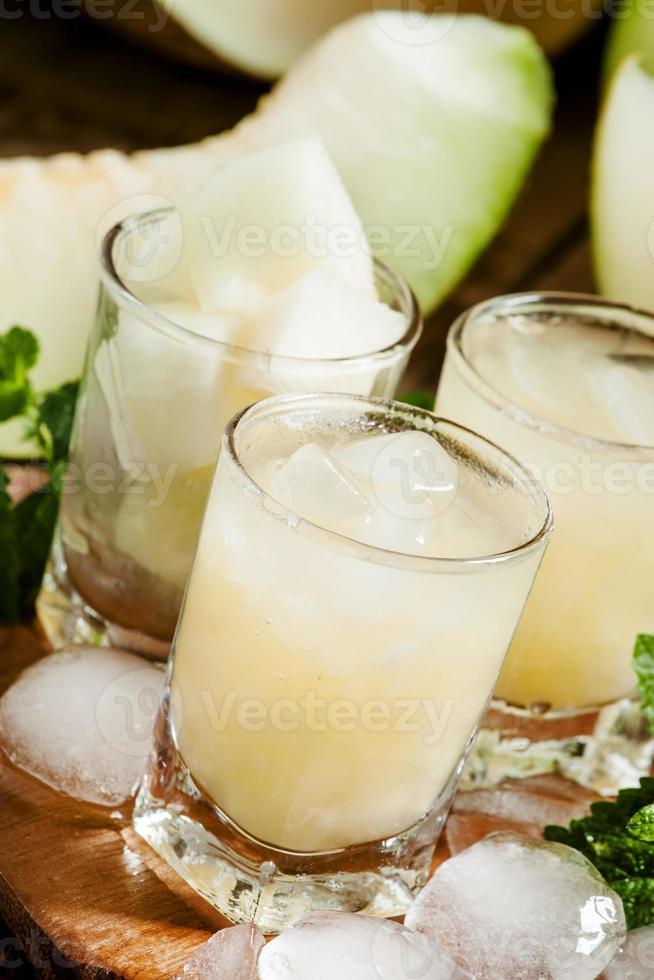 boisson rafraîchissante au melon d'été avec de la glace et de la menthe photo