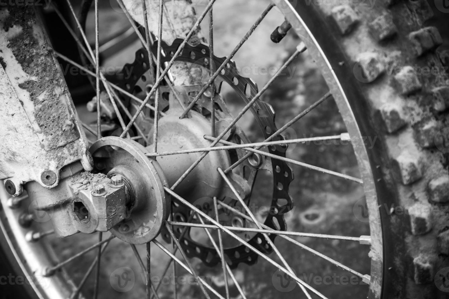 Close up fragment monochrome de roue de vélo de motocross sport avant photo