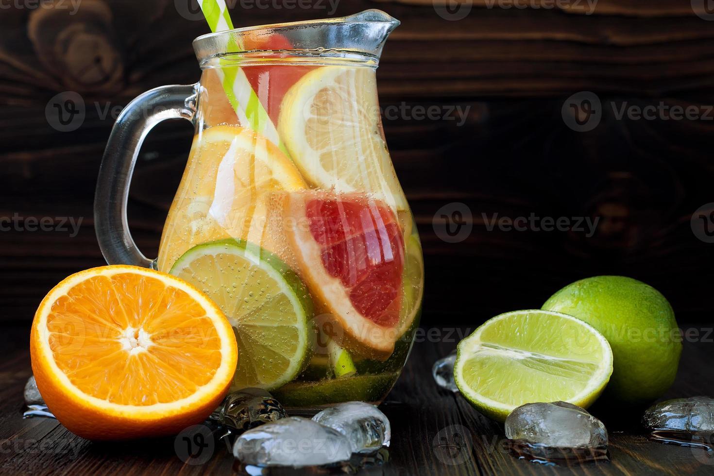 détoxifier l'eau d'agrumes. rafraîchissante limonade maison d'été photo