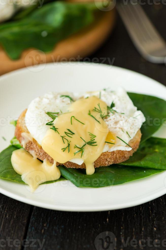 œuf poché sur un morceau de pain aux épinards photo