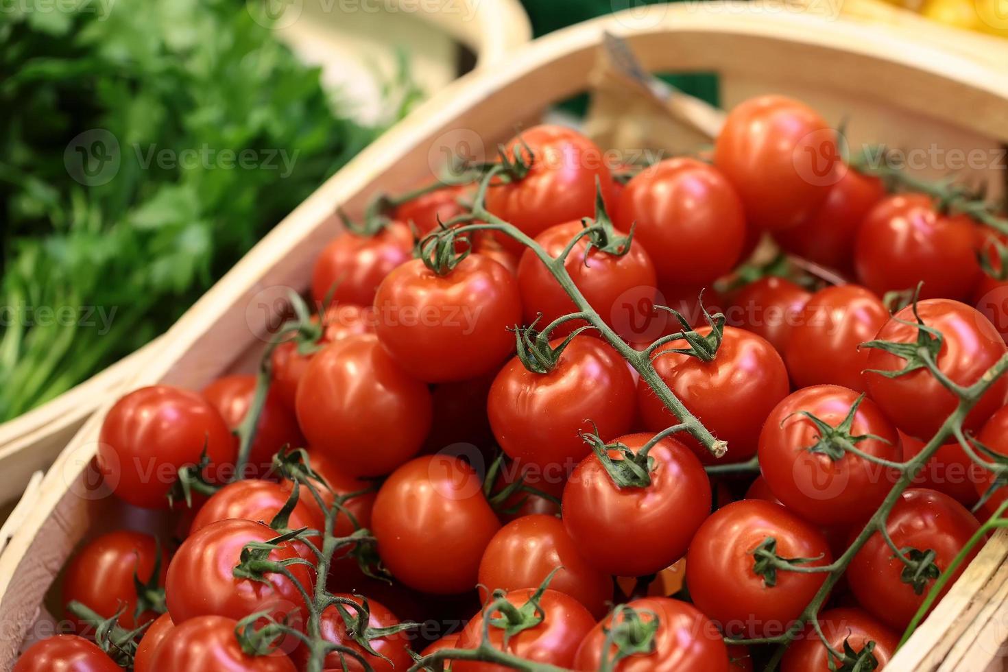 corbeilles de tomates cerises persil et aneth photo