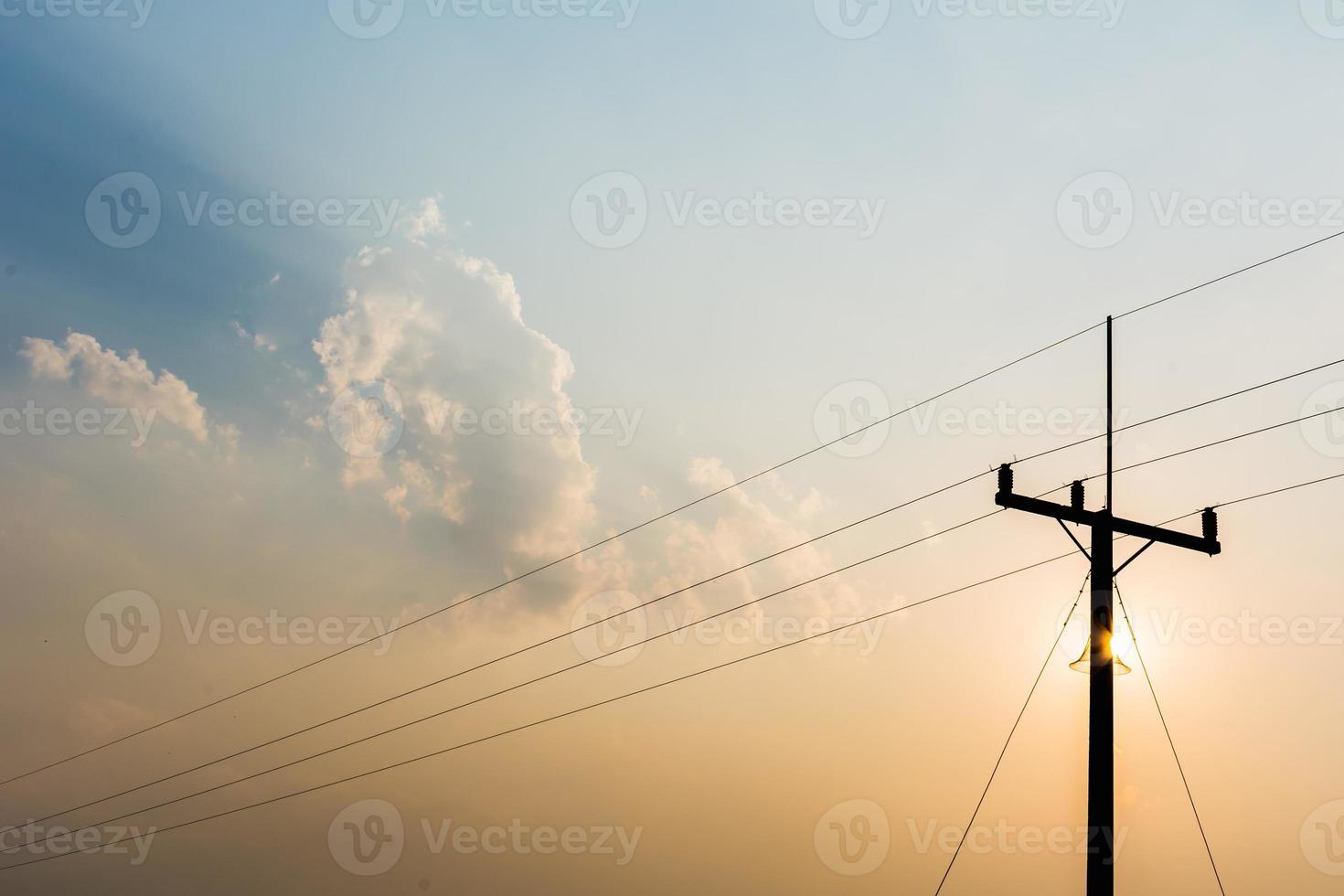 tour de télécommunication dans la lumière du soir. photo