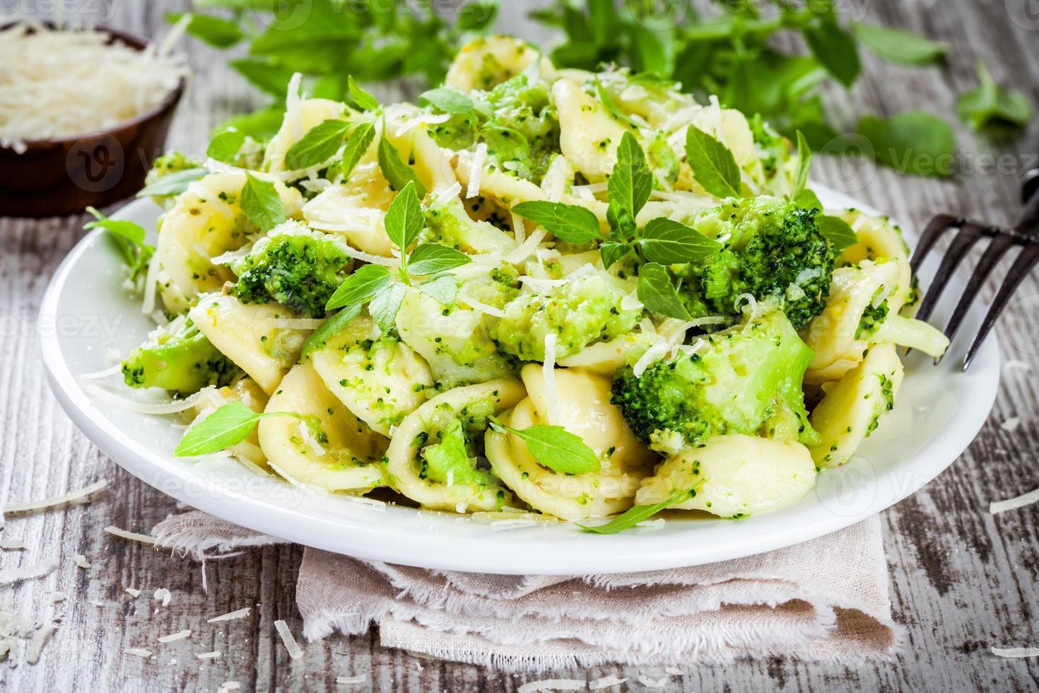 orecchiette de pâtes maison au brocoli, parmesan et basilic photo