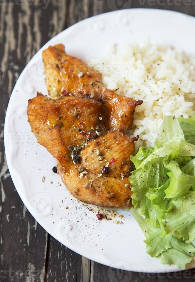 poitrine de poulet rôtie épicée avec riz et laitue photo