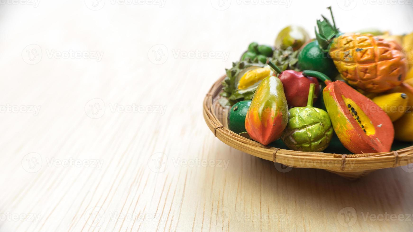 assortiment de décoration de fruits tropicaux juteux photo