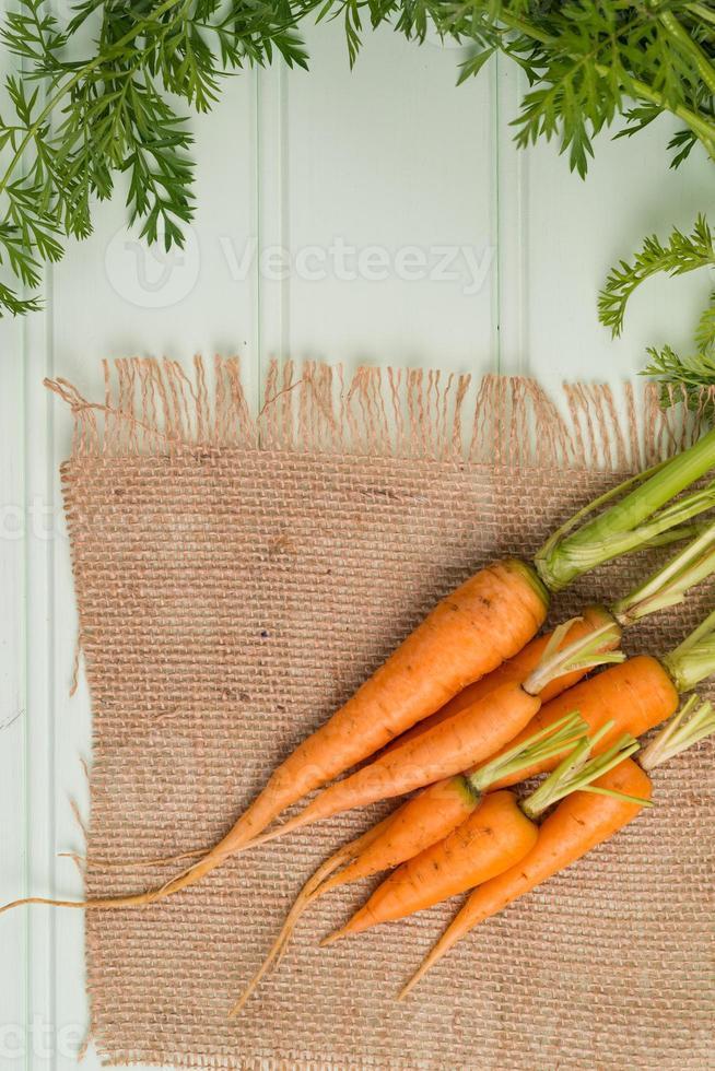 carottes sur table en bois photo