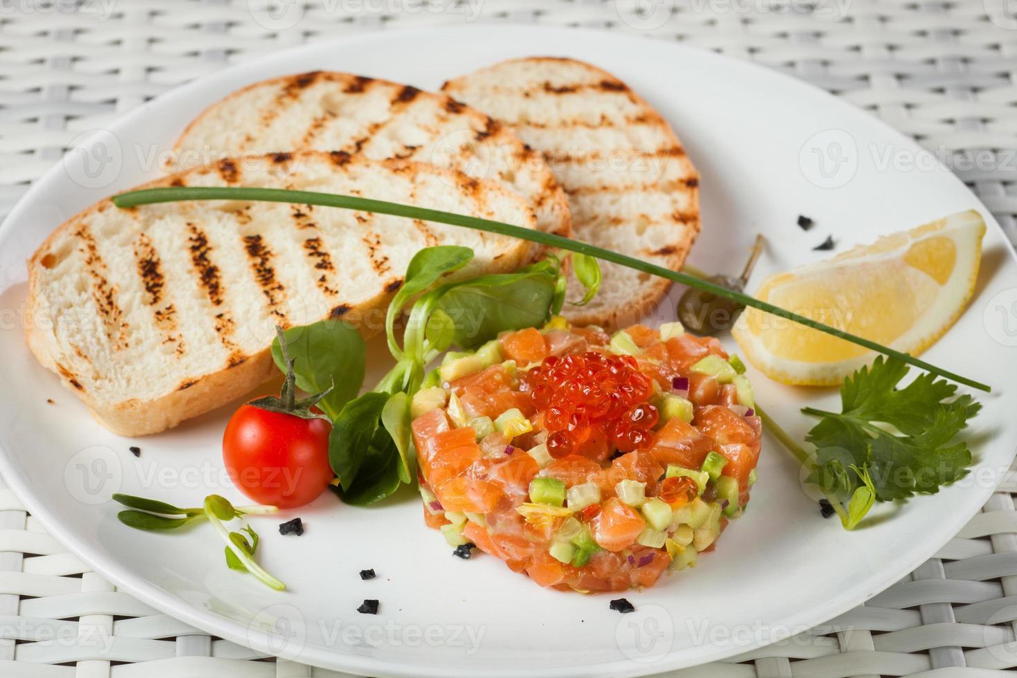 tartare de saumon sur fond clair photo