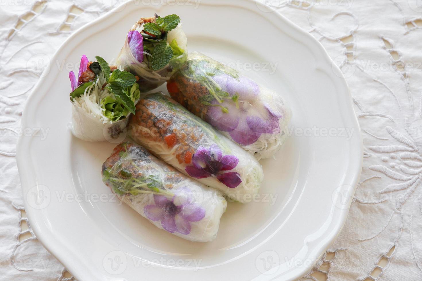 rouleaux de papier de riz faits maison avec des fleurs comestibles photo