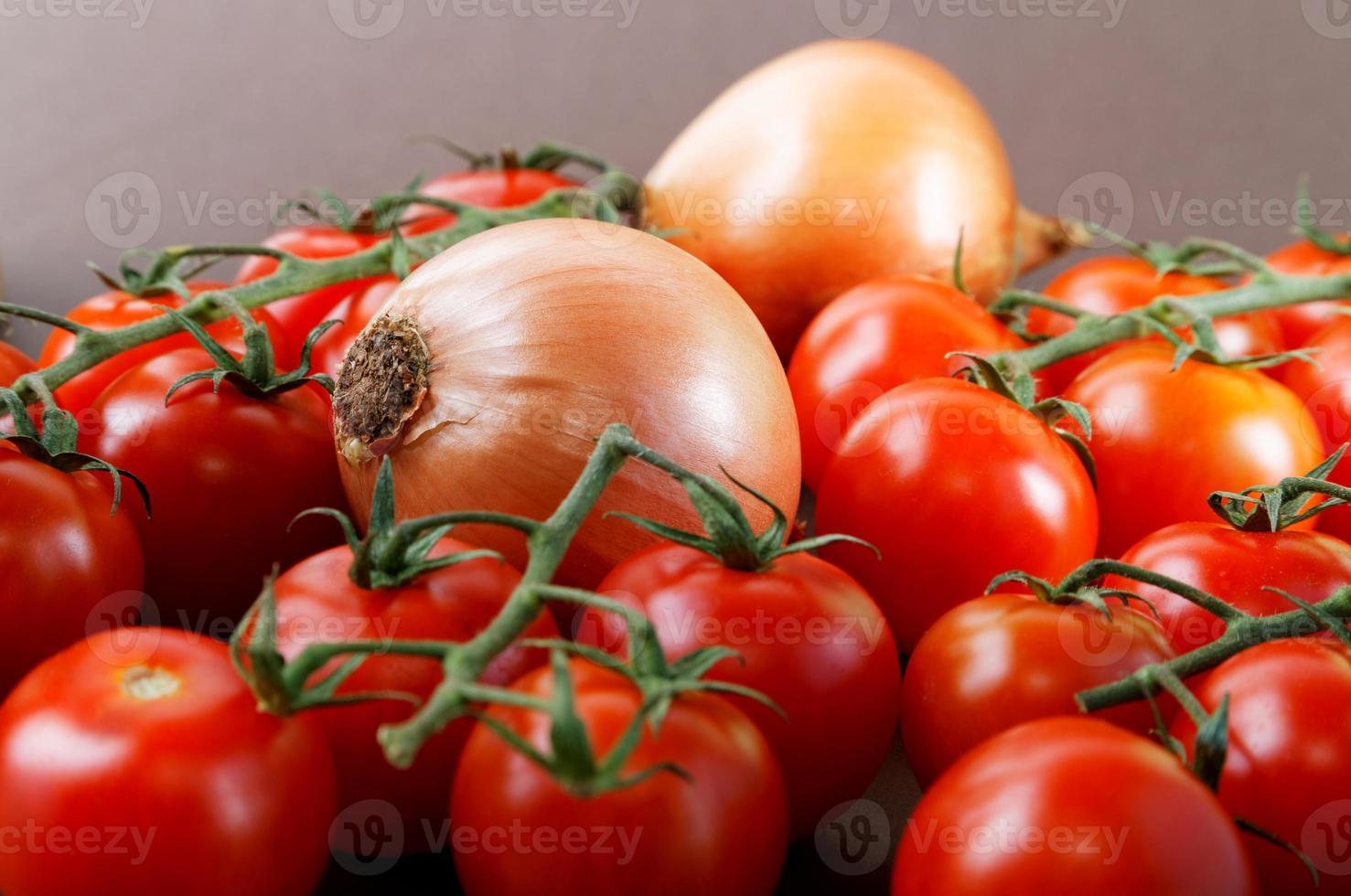 nature morte aux oignons et tomates cerises photo