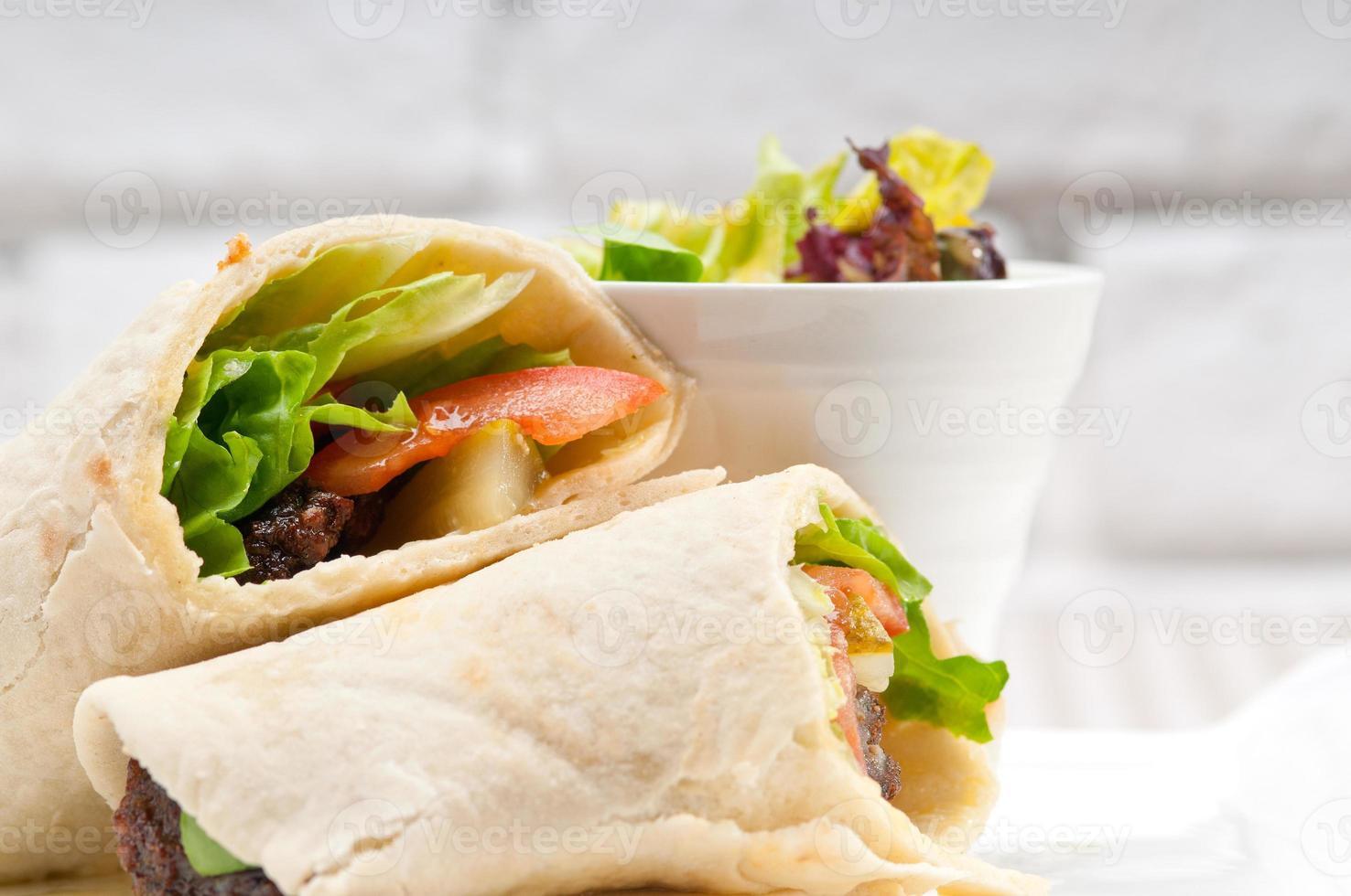 sandwich au rouleau de pain pita au poulet kwta shawarma photo