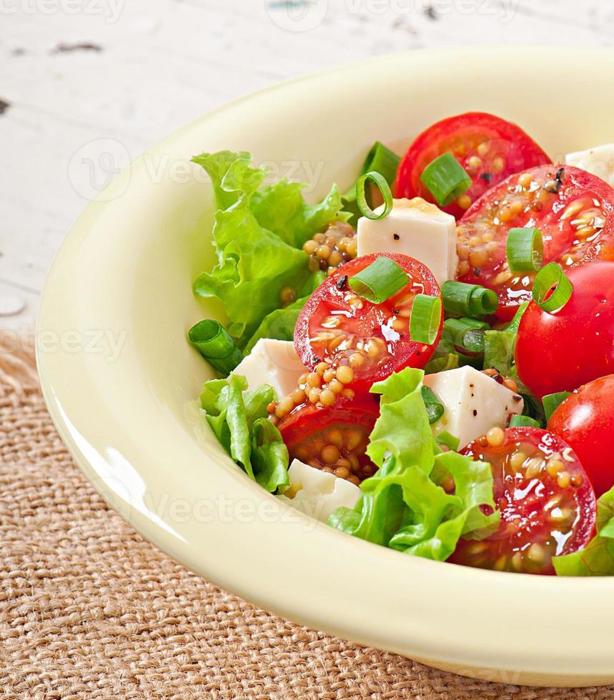 salade de tomates avec laitue, fromage et moutarde et vinaigrette à l'ail photo