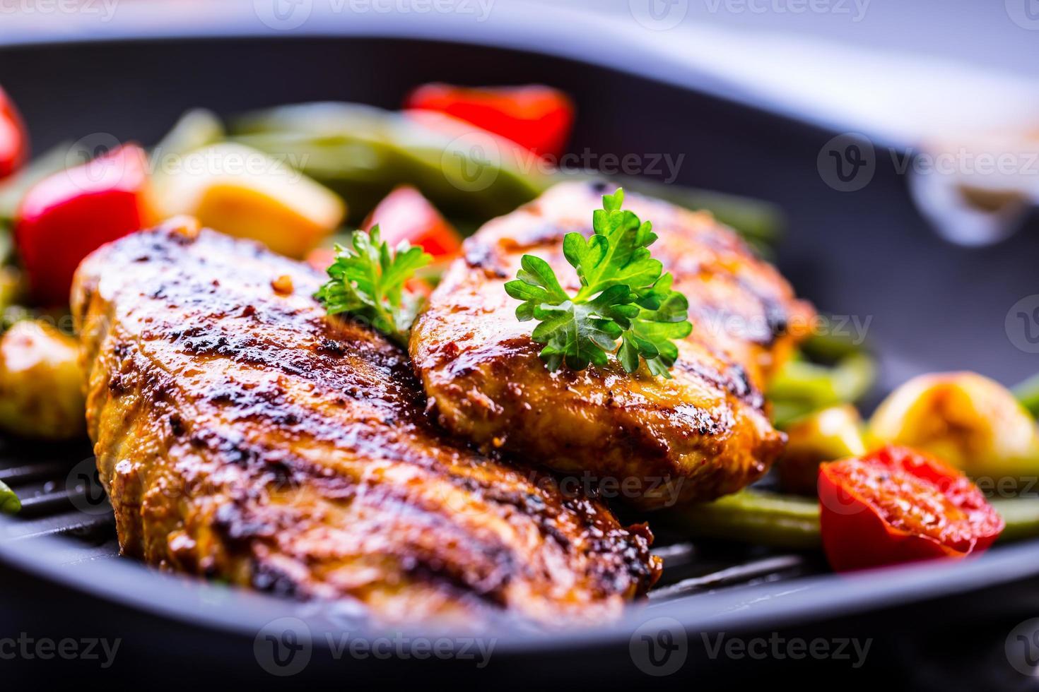 poitrine de poulet grillée en différentes variantes photo