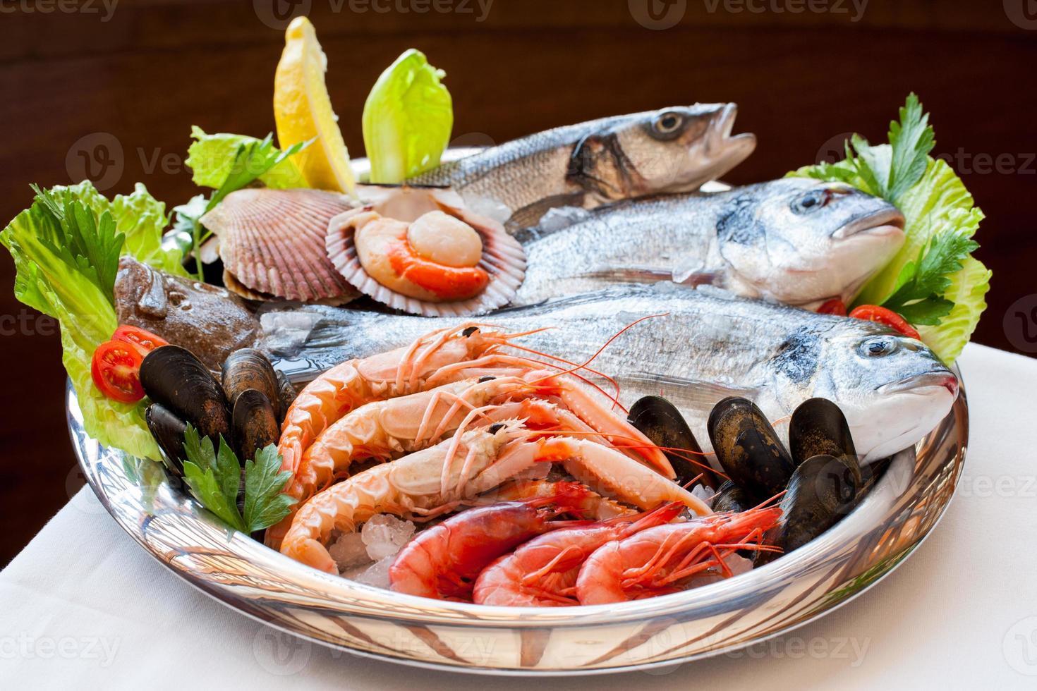 plateau de fruits de mer appétissant. photo