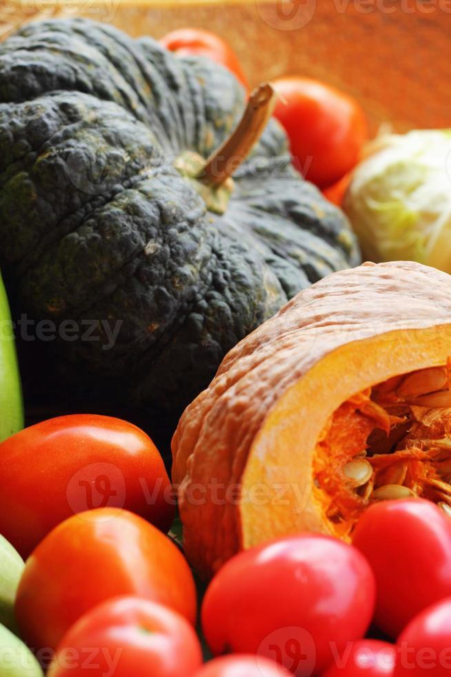 légumes frais - citrouille - tomates. photo